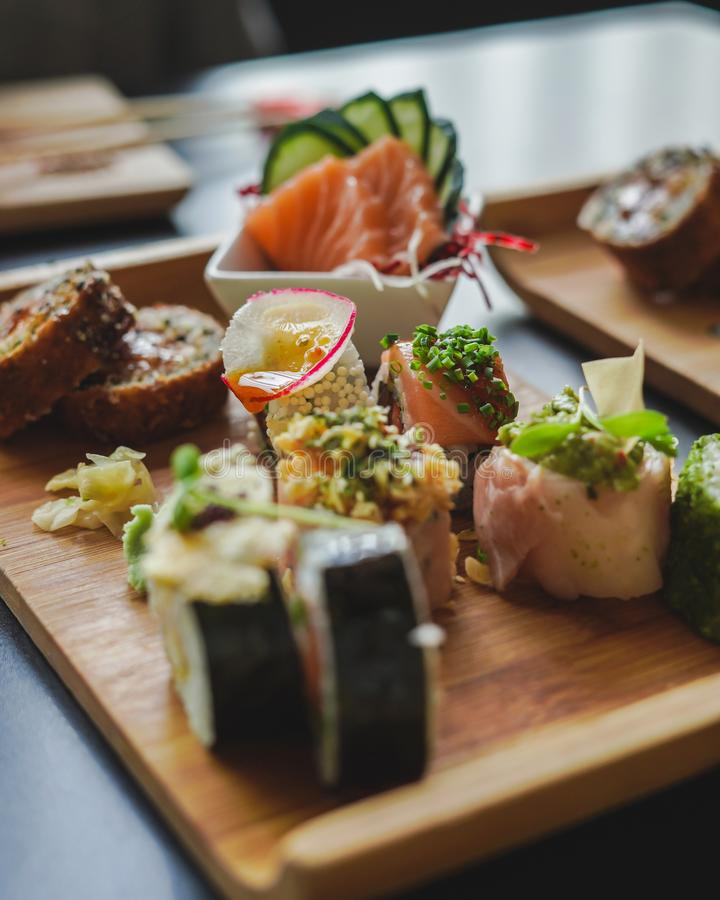 Sushi e alimento japonês na tabela imagens de stock