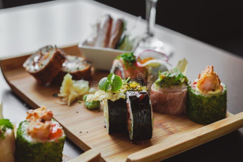 Sushi e alimento japonês na tabela fotografia de stock
