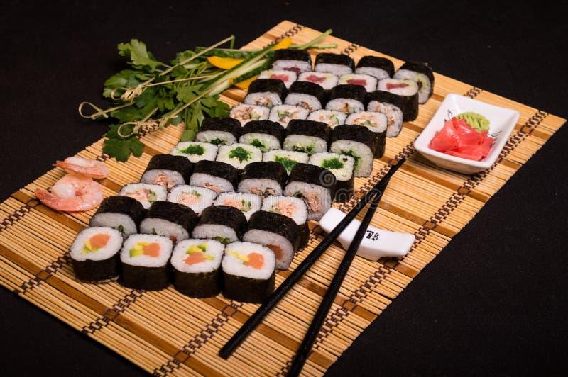 Sushi e rotoli, alimento giapponese, squisitezze culinarie, bastoncini 2 immagine stock libera da diritti