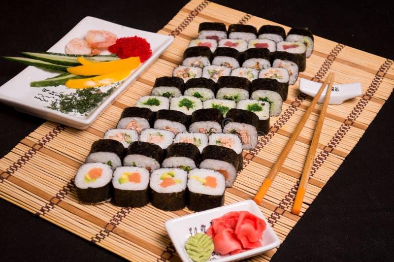 Sushi e rotoli, alimento giapponese, squisitezze culinarie, bastoncini 3 fotografia stock