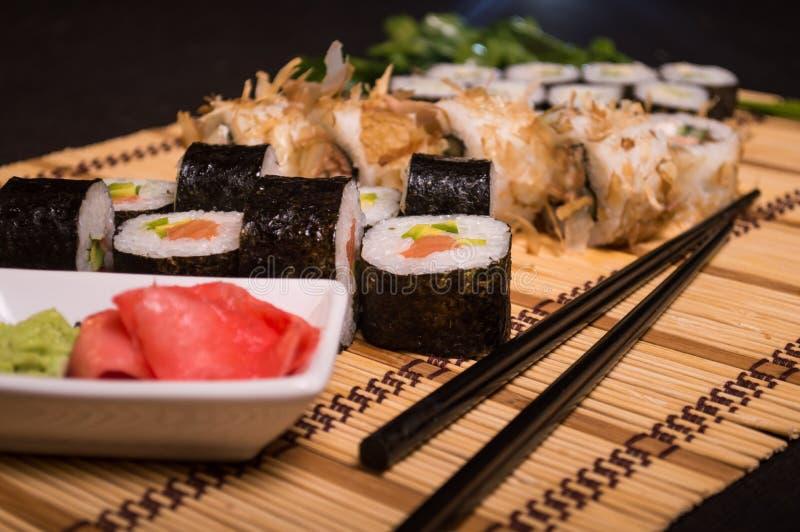 Sushi e rotoli, alimento giapponese, squisitezze culinarie, bastoncini 4 fotografia stock libera da diritti