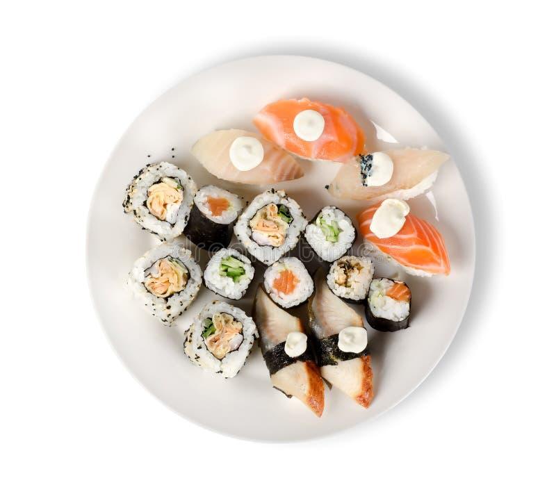 Sushi e rulli in una zolla isolata immagine stock libera da diritti