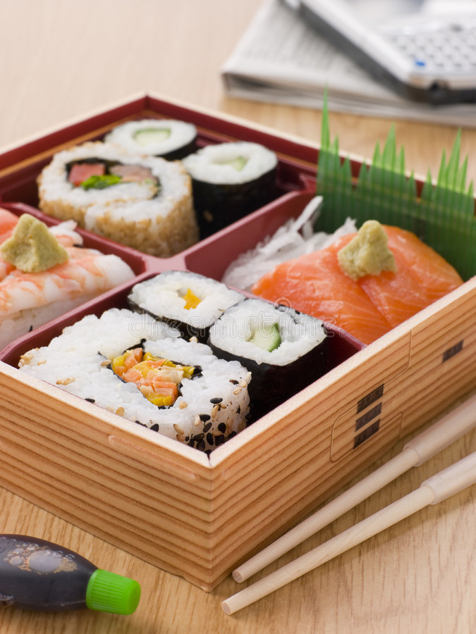 Sushi e sashimi in una casella di Bento di togliere immagini stock libere da diritti