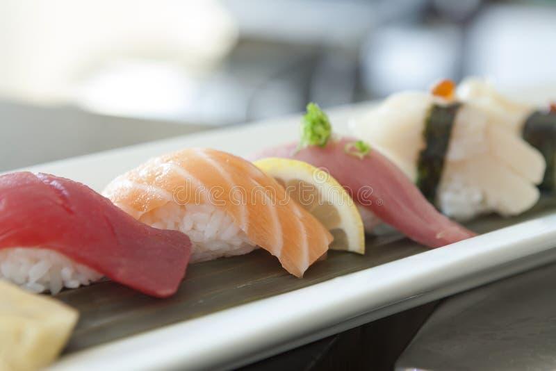 Sushi in een traditioneel plateren worden geplateerd dat stock afbeeldingen