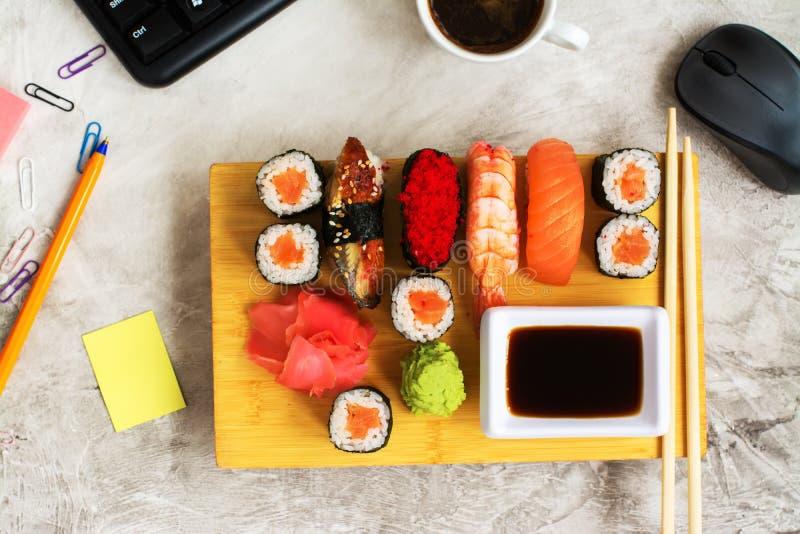 Sushi eingestellt auf Arbeitsplatz Business-Lunch-Konzept stockbilder