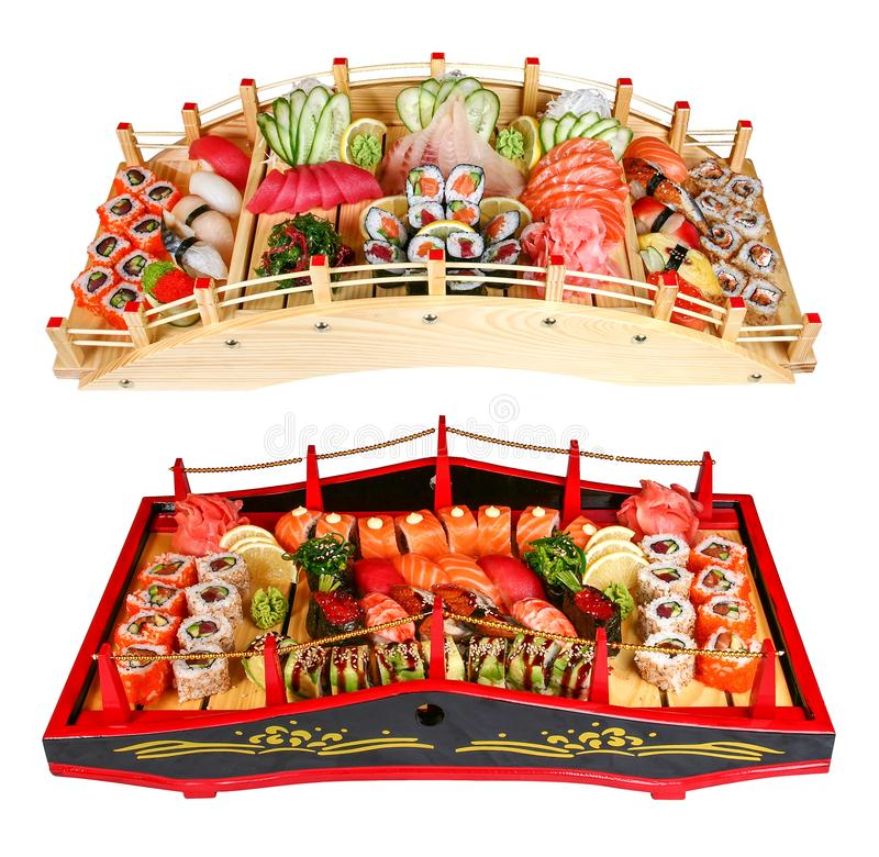 Sushi eingestellt auf Holzbrücken auf einem weißen Hintergrund lizenzfreie stockfotografie