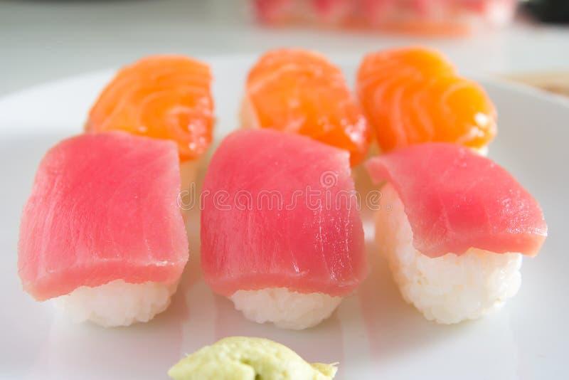 Sushi eingestellt auf weiße Platte Janpan-Lebensmittel stockfotografie