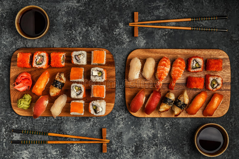 Sushi eingestellt: Sushi und Sushirollen auf hölzerner Platte lizenzfreie stockfotos
