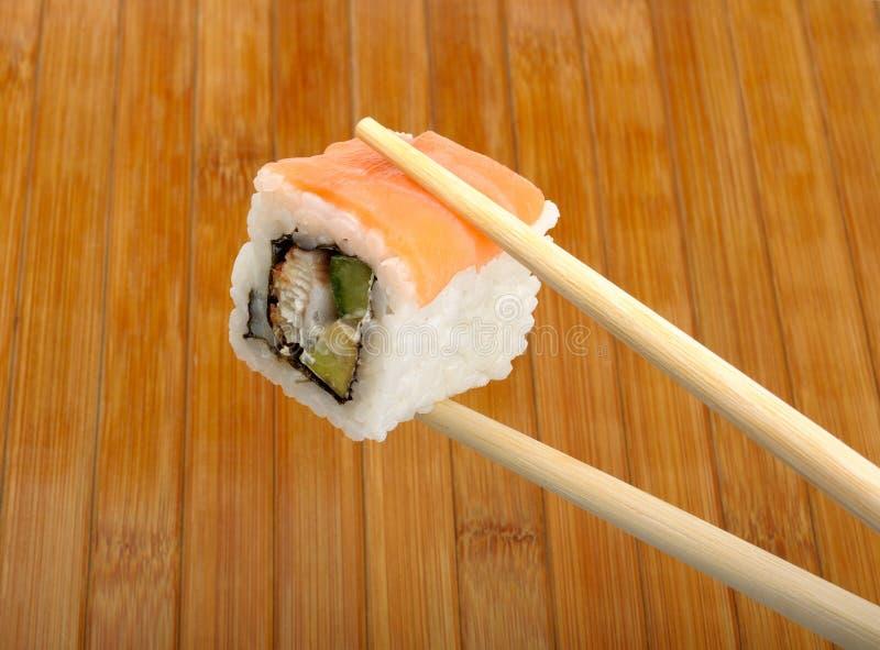 Sushi en baguettes en bois photo stock