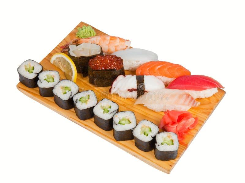 Sushi aan boord van geïsoleerde op wit worden geplaatst dat stock foto