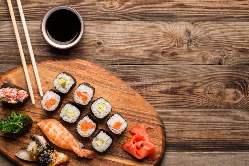 Sushi en broodjes geplaatst aan boord gediend stock foto