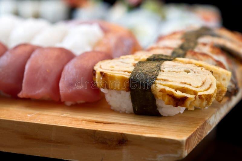 Sushi en la bandeja foto de archivo