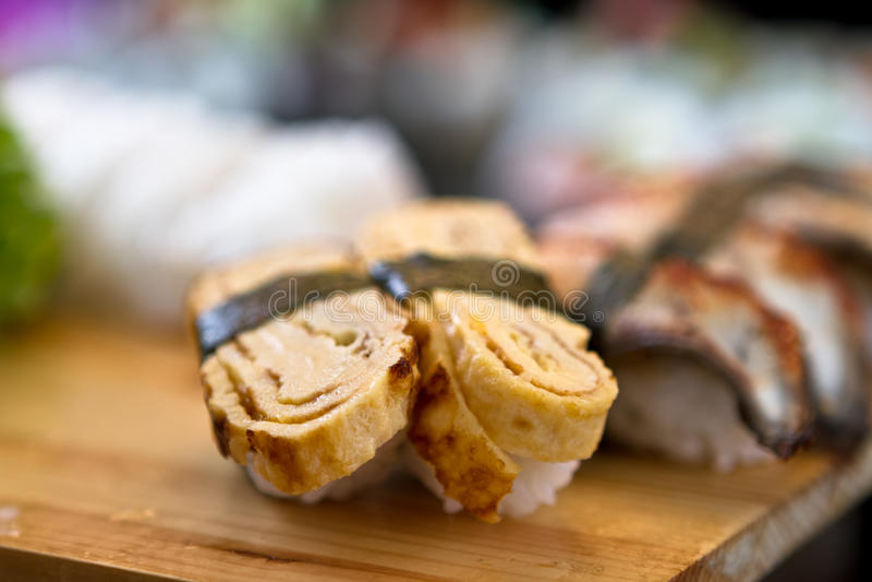 Sushi en la bandeja imagen de archivo
