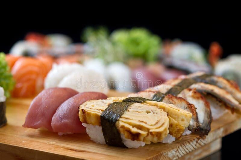 Sushi en la bandeja imagenes de archivo