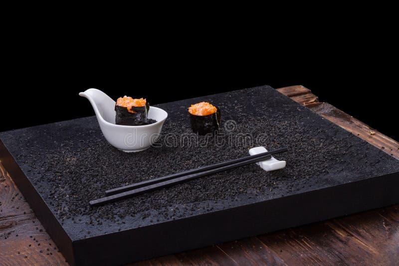 Sushi en la tabla de madera imagenes de archivo