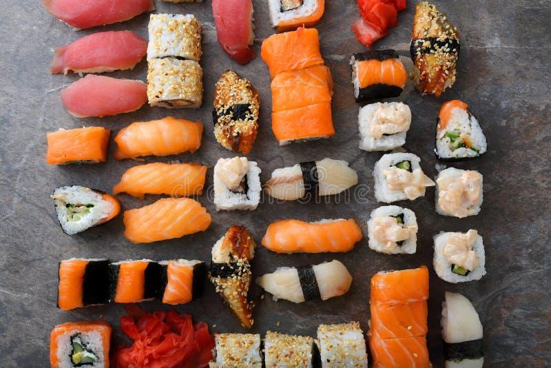 Sushi en sashimivoedselpatroon stock afbeeldingen
