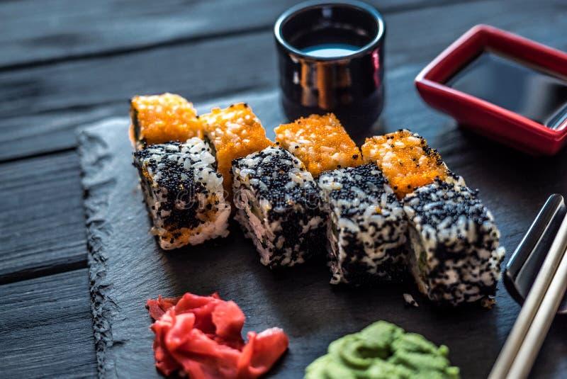 Sushi en schotels voor sushi op een zwarte lijst royalty-vrije stock fotografie