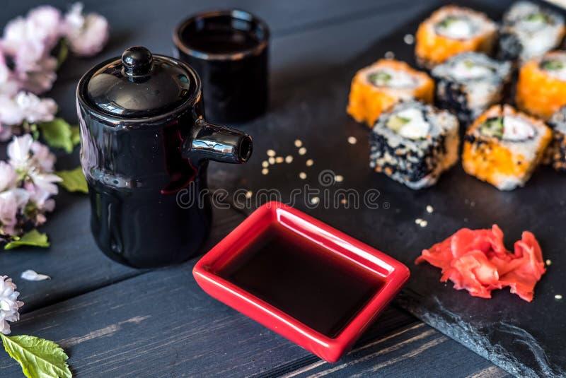 Sushi en toestellen voor sushi op een zwarte achtergrond royalty-vrije stock fotografie