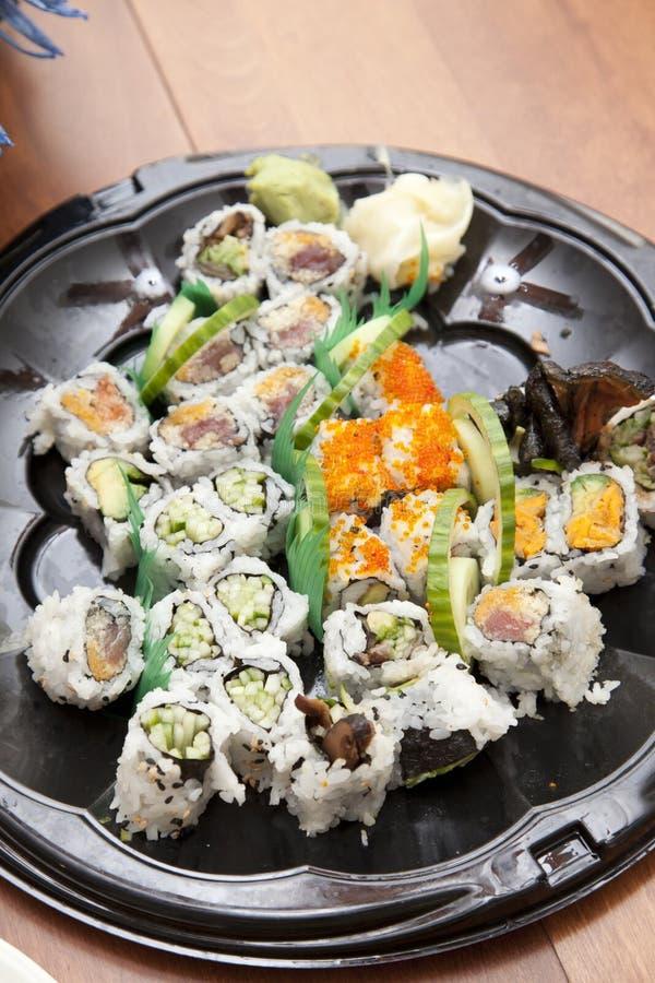 Sushi en una bandeja plástica imagenes de archivo