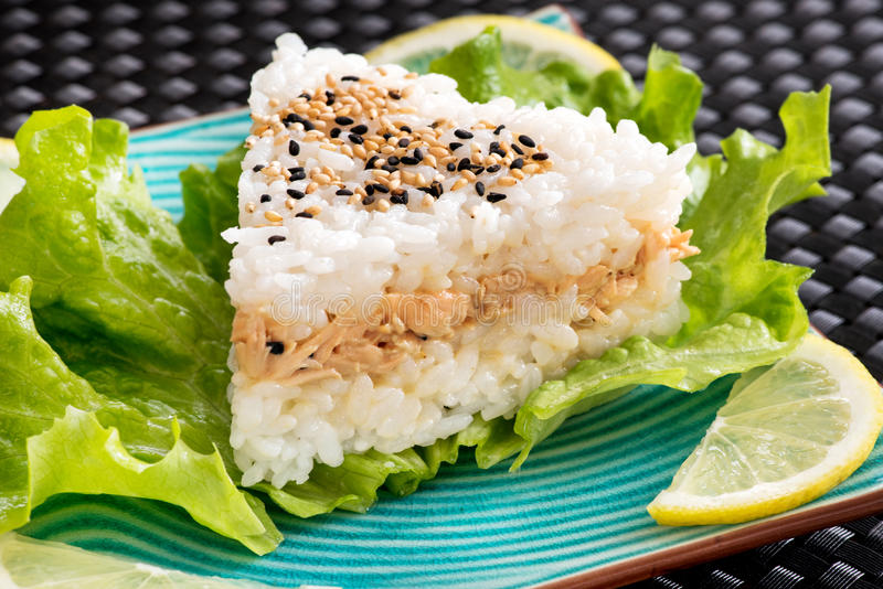Sushi en V servis sur la laitue image stock