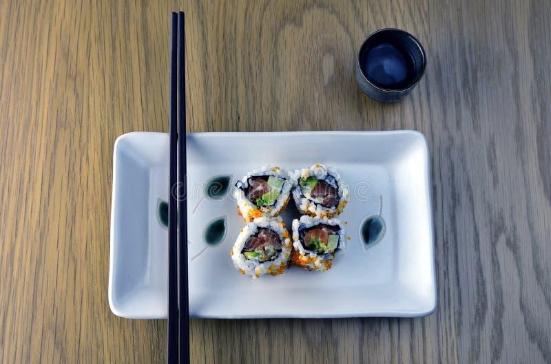 Sushi, Essstäbchen und Grund stockbild