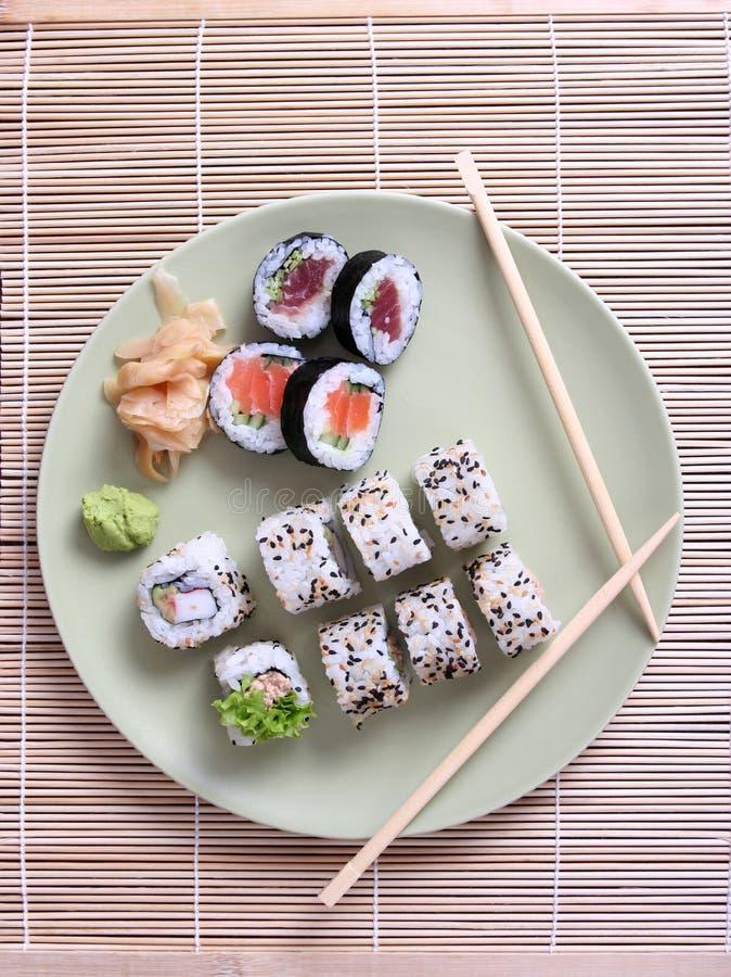 Sushi et baguettes de plaque photo libre de droits
