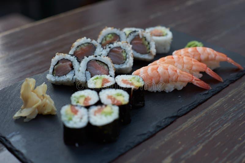 Sushi et Maki sur un endroit en pierre photo libre de droits