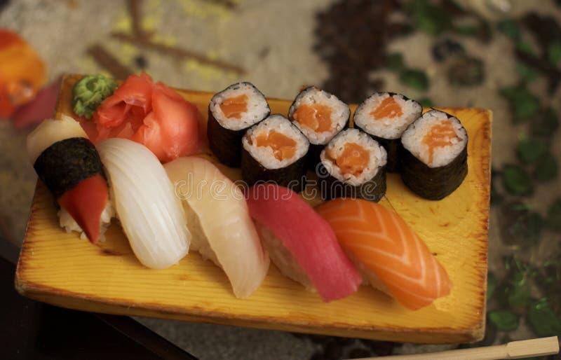 Sushi et petits pains images stock