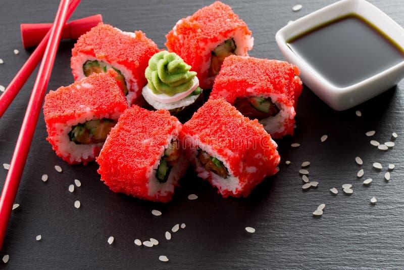Sushi et petits pains avec de la salade de mer verte sur une table d'ardoise image stock