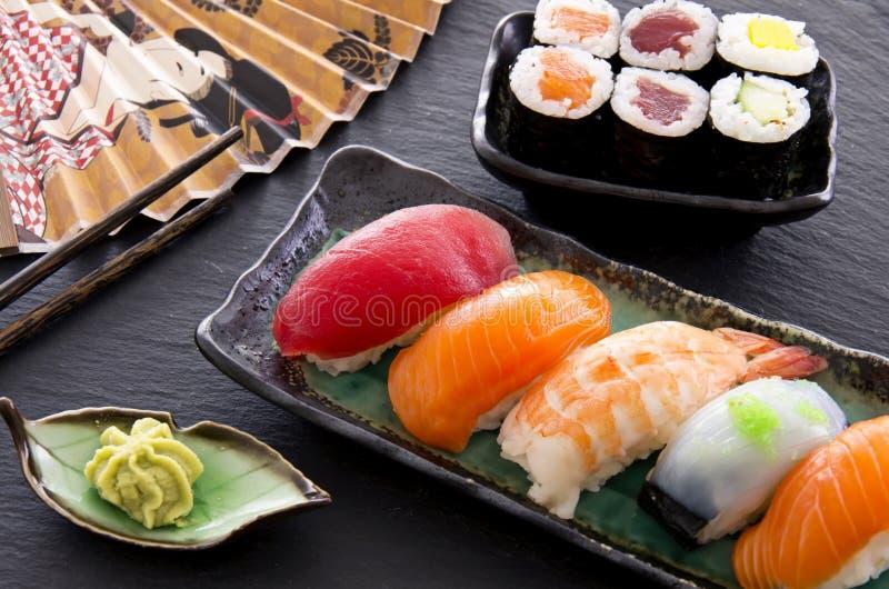 Sushi et Rolls japonais photos stock
