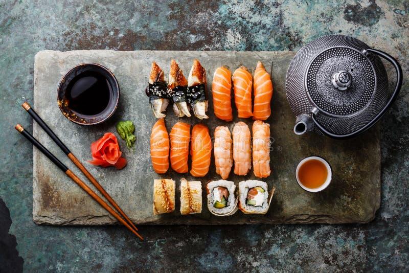 Sushi fijado con té en la pizarra de piedra fotos de archivo