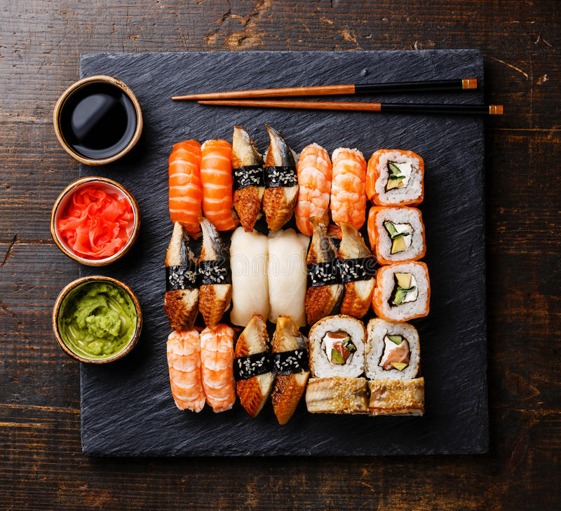 Sushi fijado en la placa de piedra negra de la pizarra foto de archivo libre de regalías
