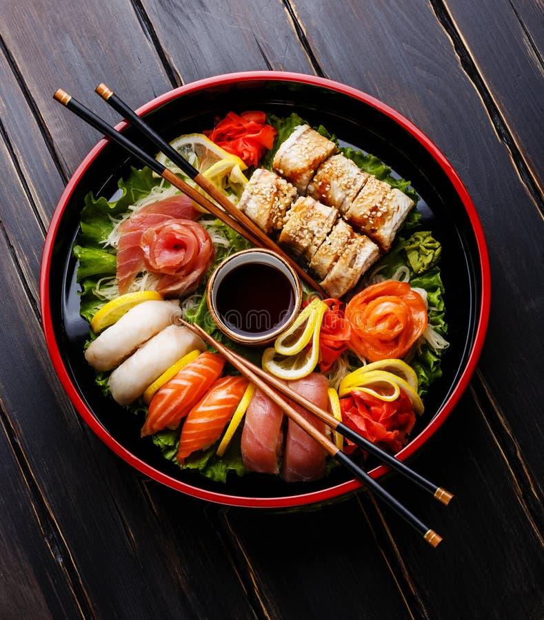 Sushi fijado en la placa redonda negra de Sushioke imagen de archivo