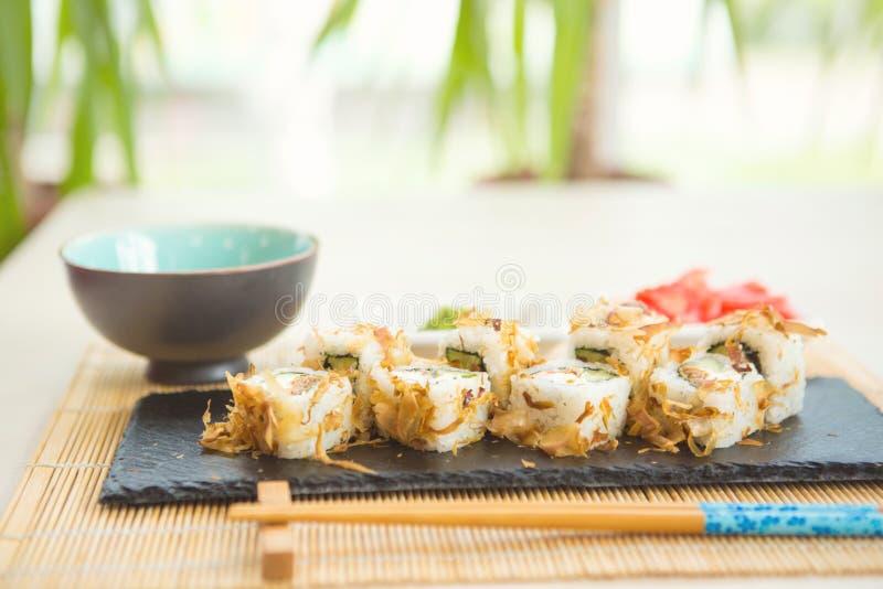 Sushi fresco e delicioso do maki e do nigiri e vidro da causa fotografia de stock