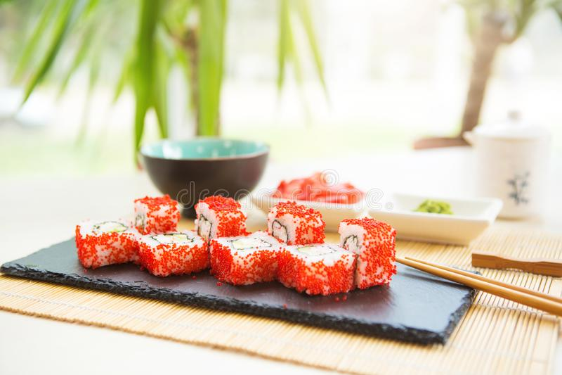 Sushi fresco y delicioso del maki y del nigiri y vidrio del motivo Menú del sushi fotos de archivo libres de regalías