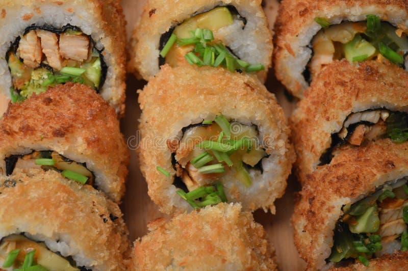 Sushi fritti nel grasso bollente Rolls pronto da servire immagine stock