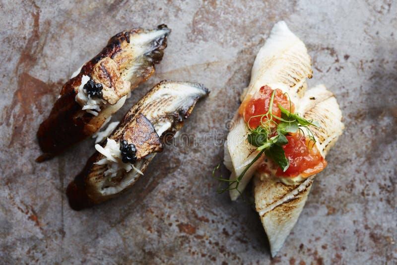 Sushi gastrónomo con el desmoche del caviar y del oro fotos de archivo