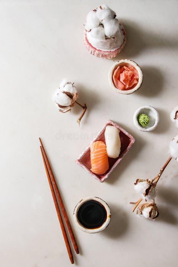 Sushi gesetztes nigiri stockfotos