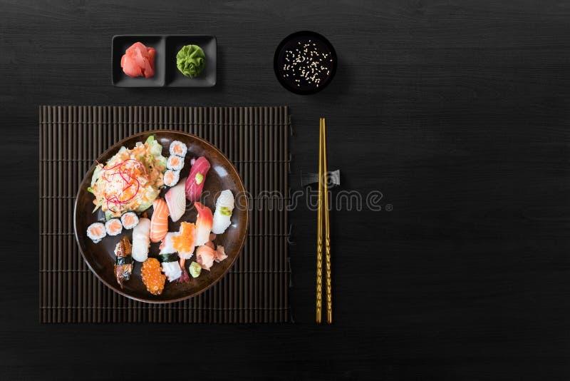 Sushi gesetztes nigiri, Sushirollen und Sashimi stockfotos
