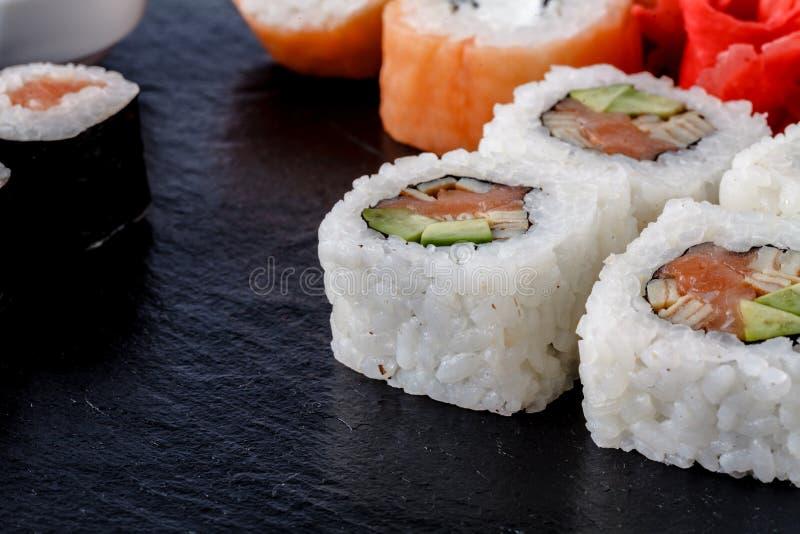 Sushi gesetztes nigiri, Sushirollen und Sashimi dienten auf Steinschiefer stockbild