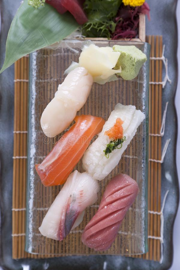 Sushi gesetztes nigiri und Sushirollen lizenzfreie stockfotos