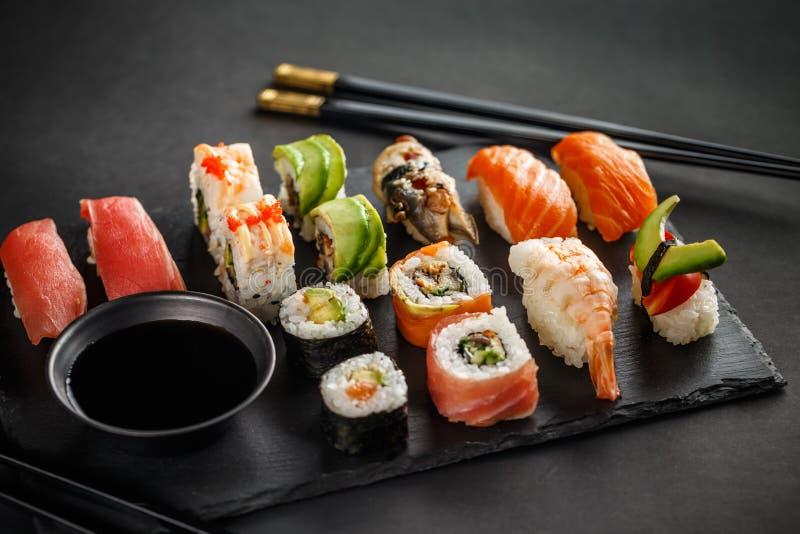 Sushi gesetztes nigiri und Sushirollen stockfotografie