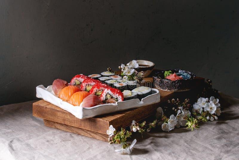 Sushi gesetztes nigiri und Sushirollen lizenzfreies stockfoto