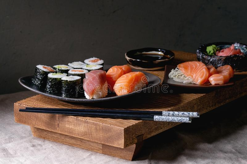 Sushi gesetztes nigiri und Sushirollen stockbild