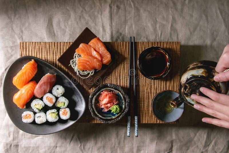 Sushi gesetztes nigiri und Sushirollen stockfoto
