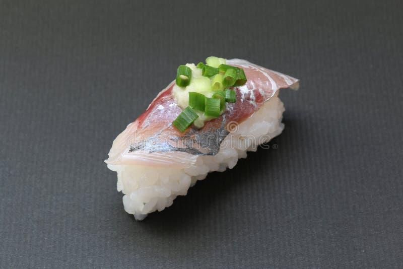 Sushi giapponesi degli sgombri su fondo nero fotografie stock libere da diritti