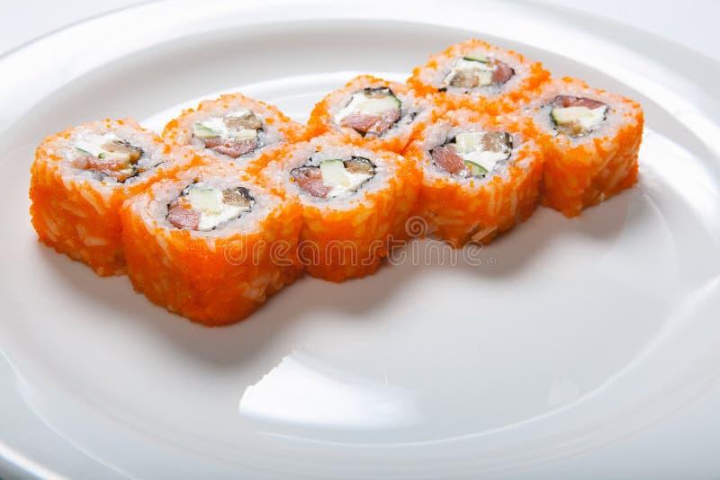 Sushi giapponesi dei frutti di mare, rotolo su un fondo bianco immagini stock libere da diritti