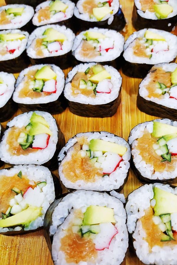 Sushi giapponesi sopraelevati su un vassoio di legno Vista superiore dei sushi assortiti, tutti potete mangiare il menu immagine stock
