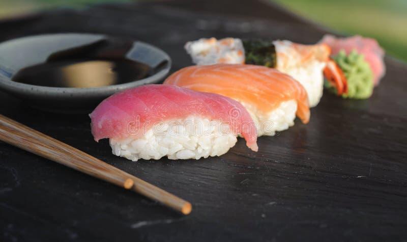 Sushi giapponesi su all'aperto di pietra nero fotografie stock libere da diritti