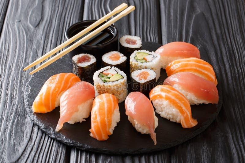 Sushi giapponesi su un fondo scuro rustico Rotoli di sushi, nigiri, immagine stock libera da diritti